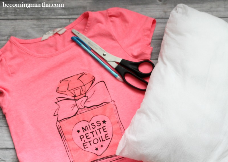 This quick and easy 15 minute graphic tee pillow is a great way to accessorize your room and recycle old shirts that no longer fit!